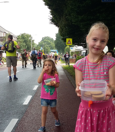 De Vierdaagse is delen: snoep, fruit en koek