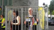 Zuiveringsacties Turkije: verantwoordelijken Amnesty sluiten zich op in kooi om vrijlating Turkse collega's te eisen