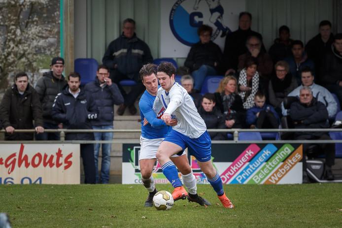 Cluzona-spits Ruben Maas in duel met Patrick Suijkerbuijk van Hoeven.