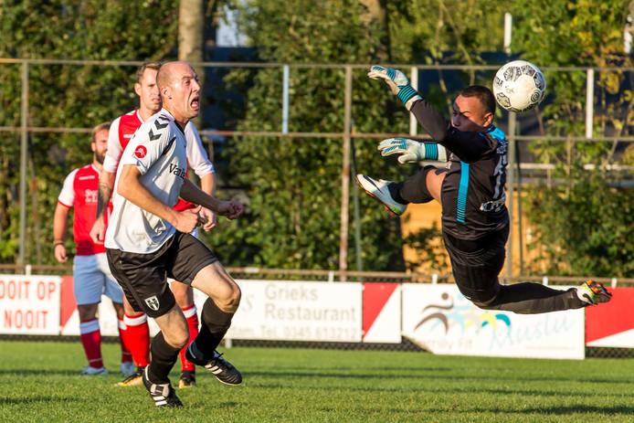 Zweefduik. De ultieme belevenis voor een keeper: de zweefduik. Hier gedemonstreerd door Omer Faruk Dumar (Leerdam Sport) bij een kans voor Asperens Gerard Breider (links).