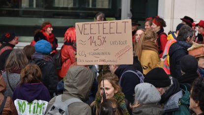 2.400 klimaatactivisten betogen vreedzaam aan federaal parlement en koninklijk paleis