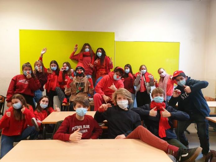 Iedereen in het rood voor Rode Neuzendag.