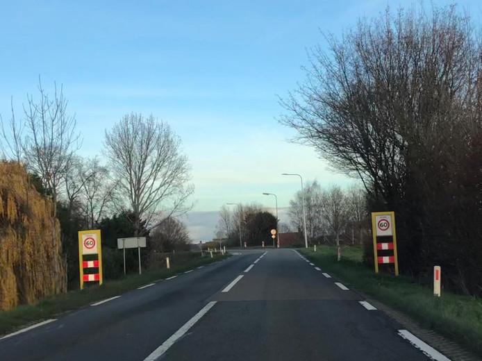 Op de Zanddijk en Molendijk in Yerseke geldt de maximumsnelheid van 60 alleen op een beperkt stuk. De provincie wil de limiet op de hele dijk terugbrengen naar 60. Om automobilisten aan de snelheid te houden, zijn verkeersplateaus noodzakelijk.