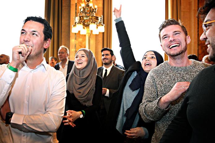 NIDA-aanhangers bij de bekendmaking van de uitslagen van gemeenteraadsverkiezingen in Rotterdam