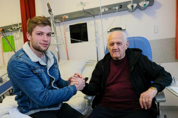 De 88-jarige Diegemse pastoor Vital Orolé weet niet hoe hij zijn reddende engel Tim (23) kan bedanken. De twintiger redde het leven van de langst zittende pastoor van Vlaanderen toen die ei zo na stikte in een stukje vlees.