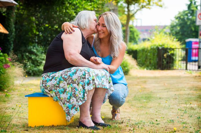 Karin Dekker (rechts) krijgt in dit geval een knuffel van Barbara Smetsers.