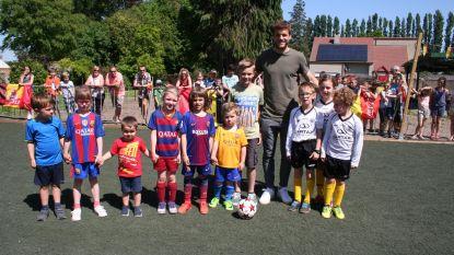 Leerlingen SLC tonen Sportingkapitein hun voetbalpleintje