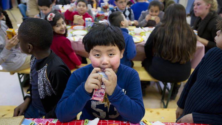 Leerlingen lunchen op basisschool Spaarndammerhout in Amsterdam. Foto ter illustratie. Beeld ANP