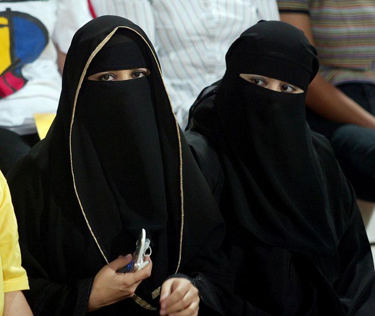 Saoedische vrouwen dragen een traditionele abaya. Beeld null