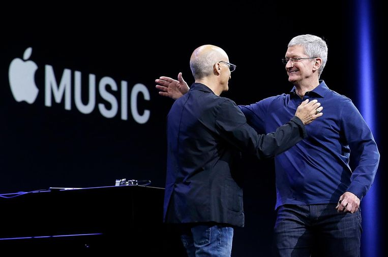 Apple ceo Tim Cook (rechts) en Jimmy Lovine tijdens de lancering van Apple Music in 2015. Beeld AP