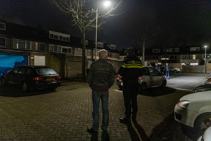 De politie is aanwezig aan de Nijenheim in Zeist waar zaterdagavond een explosief naar een woning werd gegooid.