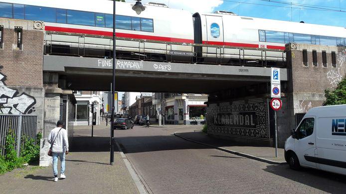 Graffiti 'Fijne Ramadan' op de Hommelse Poort in de Hommelstraat..