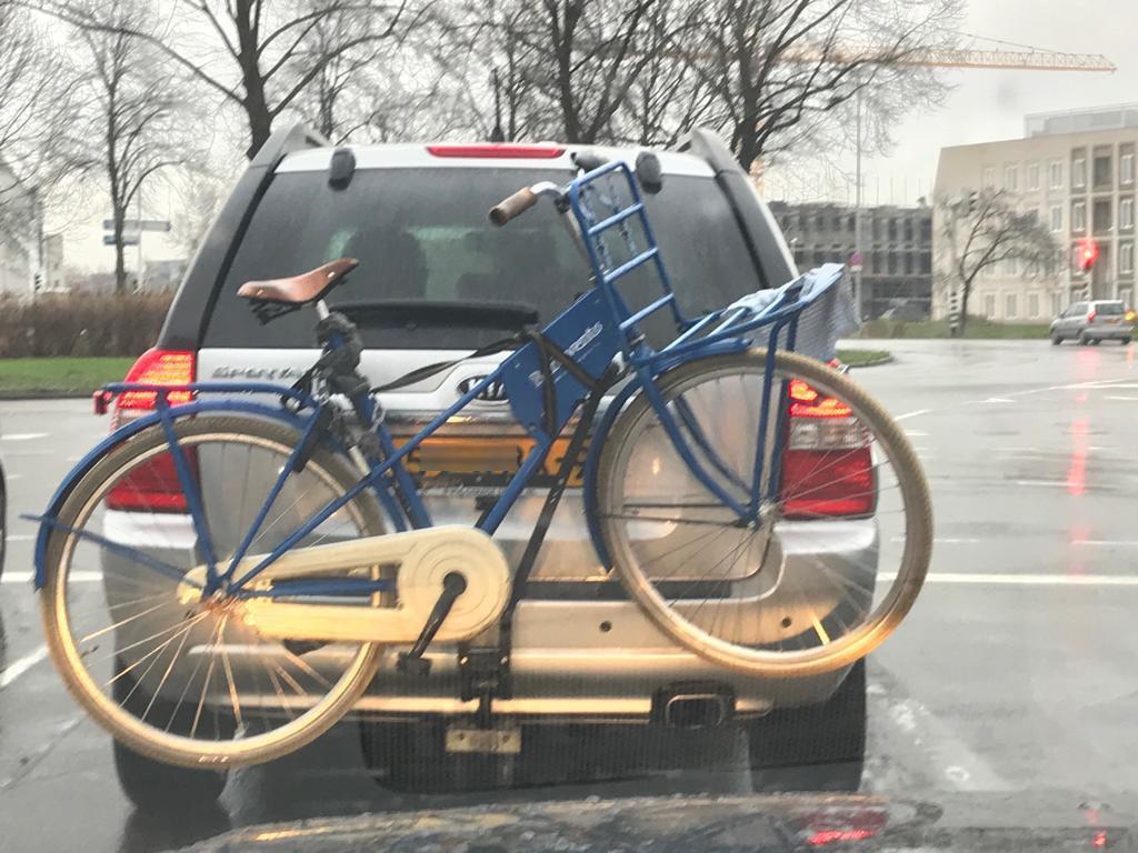 Een 'gestolen fiets' achterop een onbekende auto bleek allerminst het verdwenen exemplaar.