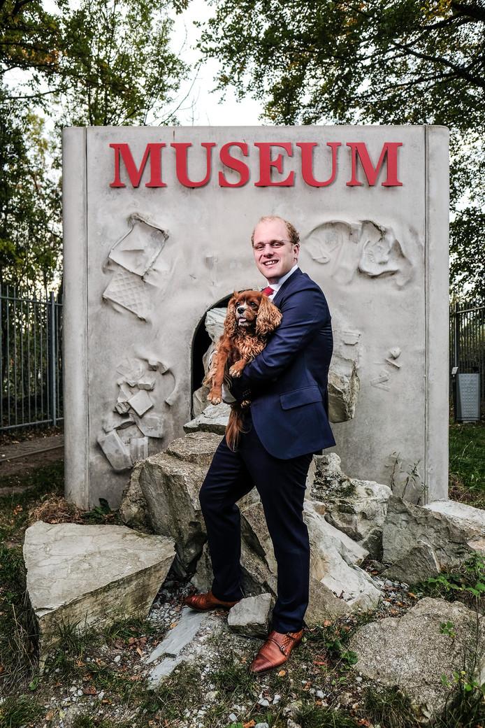 Joris Bengevoord met hond Huub bij het Winterswijkse Steengroeve Museum.