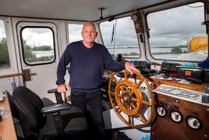 Schipper Jan Blokland van het veer tussen Strijensas en Moerdijk redde vier mensen uit het water van het Hollands Diep.