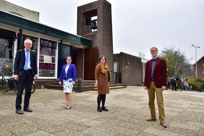 Met ingang van zondag 29 november gaan de Immanuëlkerk en de Ontmoetingskerk samen verder als één nieuwe wijkgemeente onder de naam 't Spectrum.  Van links naar rechts: Predikanten Tinus Gaastra, Anne ter Schuur, Margot Lems en Gerard van Viegen