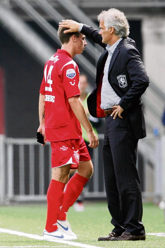 Luke Wilkshire druipt af na zijn rode kaart tegen Heracles. Trainer Fred Rutten troost hem.