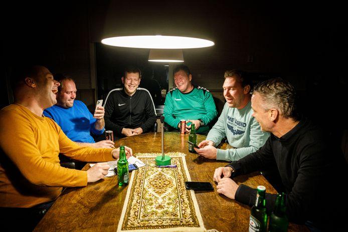 De podcast van Willemsoord: zes man rond de bestuurstafel, een microfoon en iets te drinken.