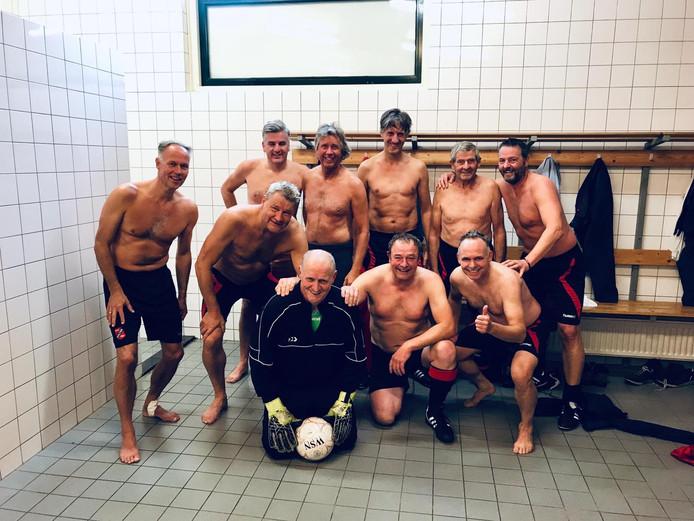 Gerrit Bannink, op de foto met zijn 45+ teamgenoten. Eindelijk hield hij de nul, na tien seizoen doelpuntenregen.