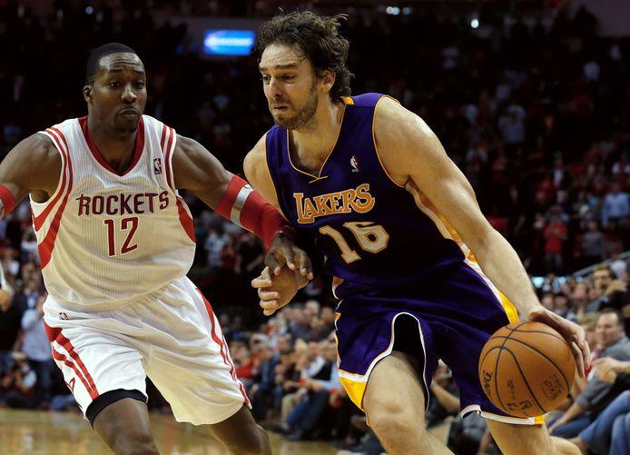 Pau Gasol (r) in 2013 als speler van de Los Angeles Lakers.