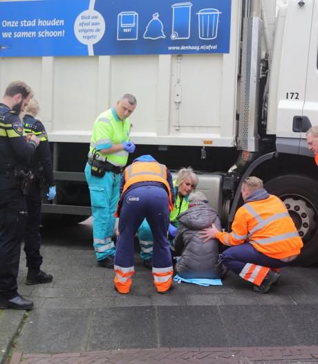 Slechtziende vrouw met stok aangereden door vuilniswagen op Laan van Wateringse Veld