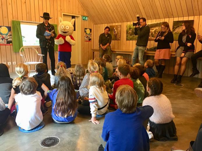 Naast Paul van Loon en Dolfje Weerwolfje zit wolvenboswachter Ruben Vermeer (rechts).