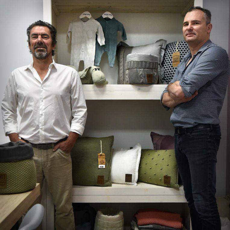 Maarten Huisman (blauwe hemd) en zijn zwager Pim Engelaer. Beeld Marcel van den Bergh/de Volkskrant