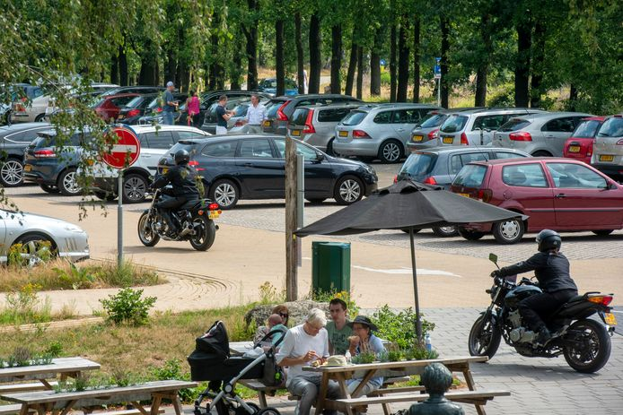 Drukte op het parkeerterrein bij paviljoen De Posbank, midden in het heidegebied.