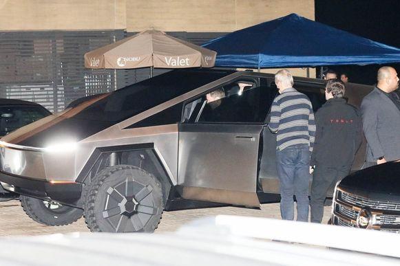 Musk had meteen heel wat bekijks op de parking van restaurant Nobu in Malibu.