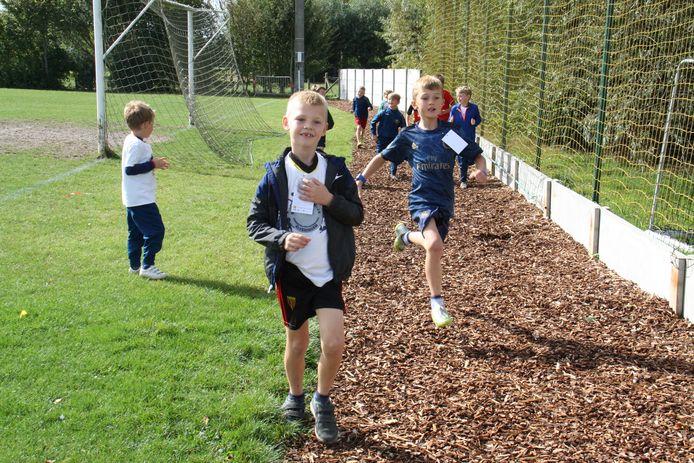 De kinderen die deelnamen aan de scholenveldloop mochten de piste als eerste testen.