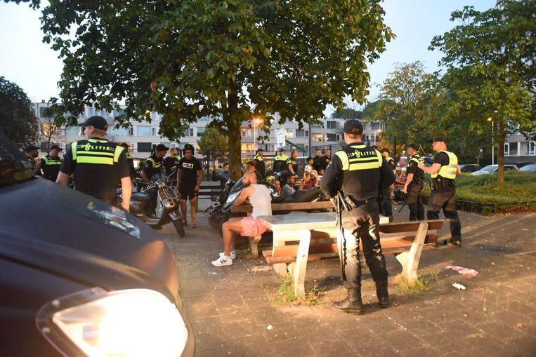 Agenten hebben een groep jongeren bijeen gedreven op de Oranjerivierdreef in Overvecht, Utrecht, afgelopen zaterdag.  Beeld ANP