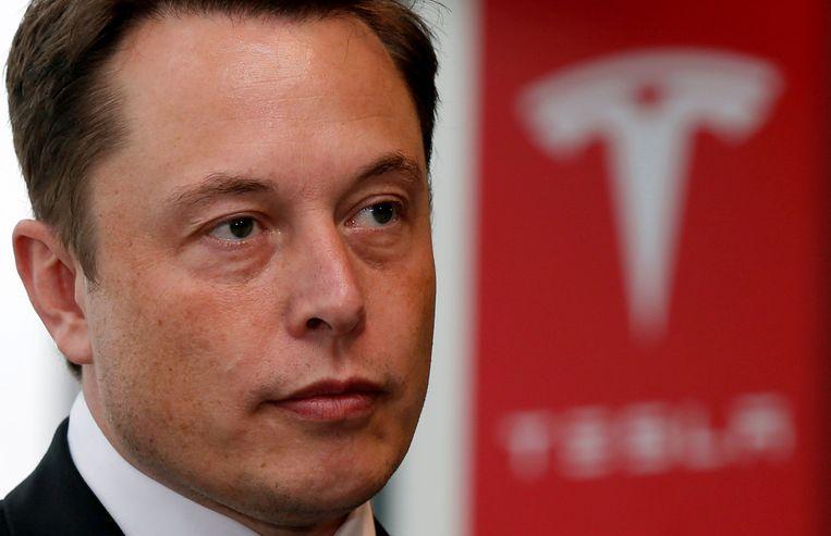 Teslabaas Elon Musk. De autofabrikant heeft veel fanatieke fans en tegelijkertijd ook zeer kritische volgers die gokken op een spoedige ondergang. Die laatsten grijpen elke gelegenheid aan om te wijzen op tegenspoed bij het bedrijf.