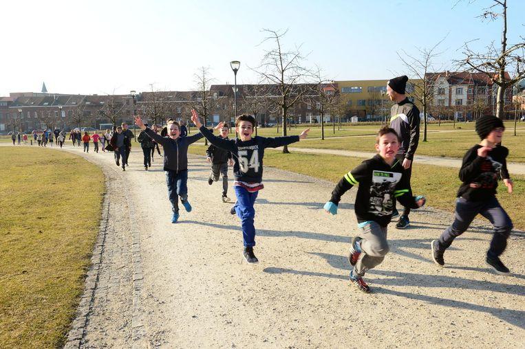 De kinderen van de Parkschool lopen tijdens hun midagpauze toertjes aan de Sportoase.