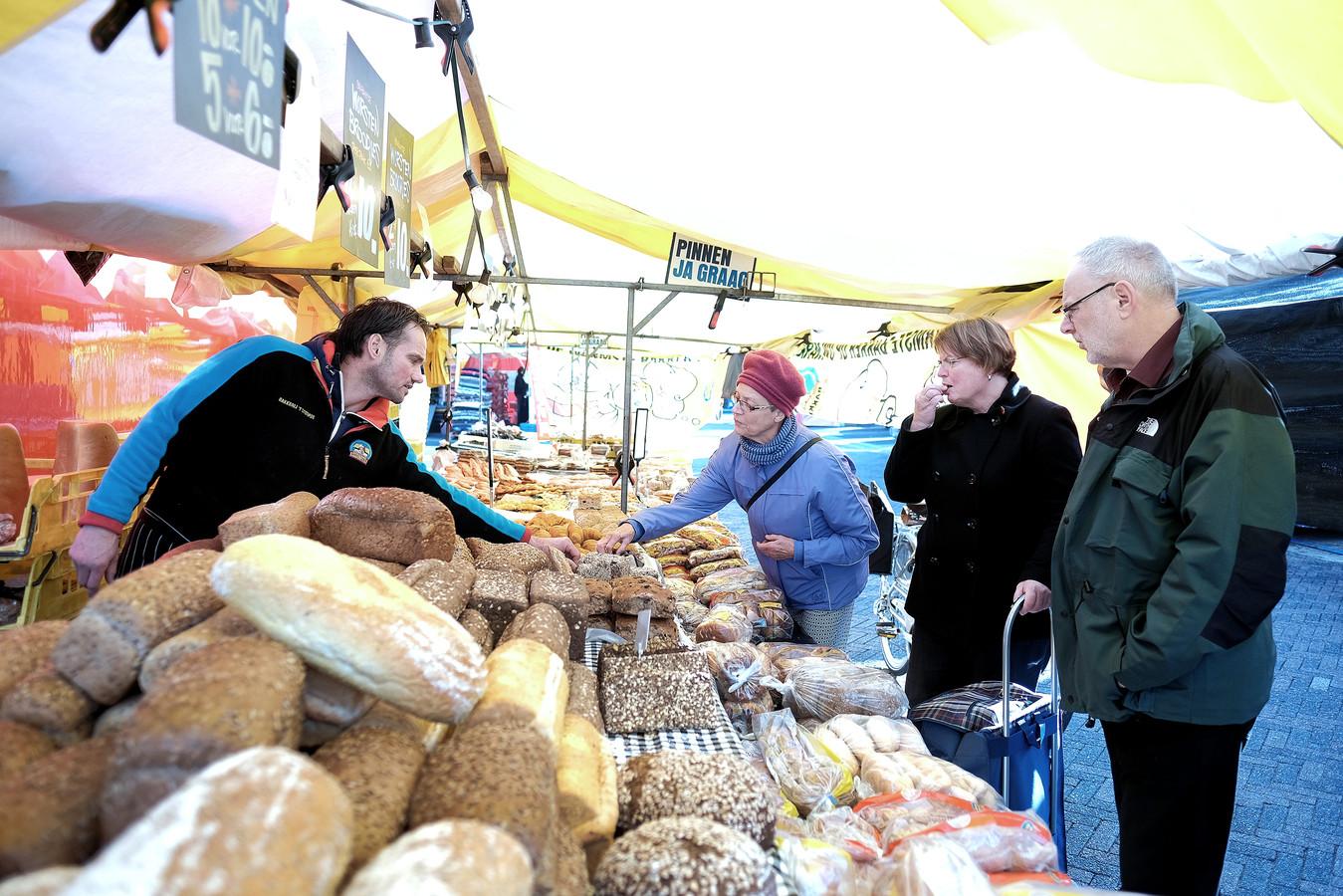 Archieffoto: Willem Geijssen verkoopt brood op de markt in Duiven.