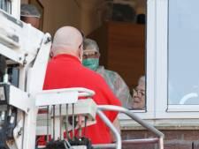 LIVE | Corona in de regio: Emotioneel weerzien bij zwaar getroffen verpleeghuis Hasselt, twee doden in Ommen