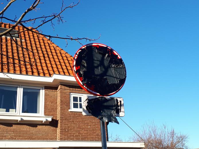 Een van de twee zwart gemaakte verkeersborden.