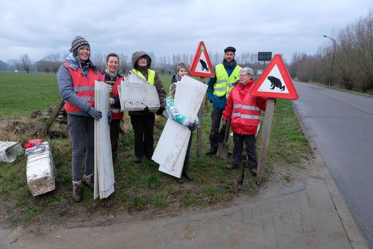 De vrijwilligers hebben alles in gereedheid gebracht voor een veilige paddenoverzet.