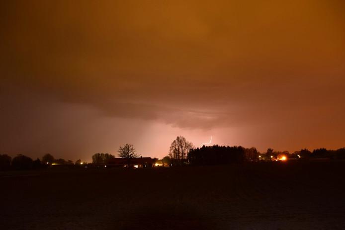 Onweer boven Zuidoost-Brabant, ter hoogte van Budel.