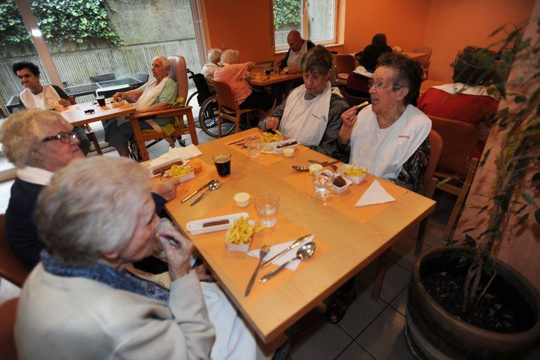 De bewoners van residentie Anemoon aten voor het eerst sinds lang nog eens frietjes van de frituur.