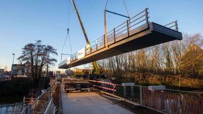 Spectaculair: 42 meter lange composietbrug in Brugge op juiste plaats geschoven