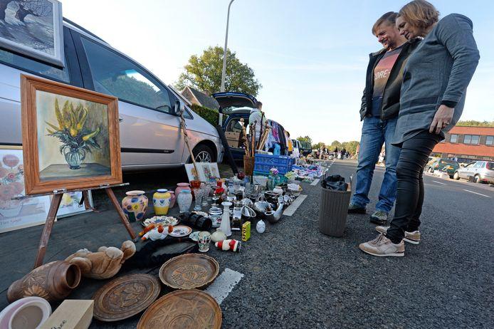 Kofferbakverkoop aan de Kiefteweg. Voor een habbekrats spulletjes kopen.