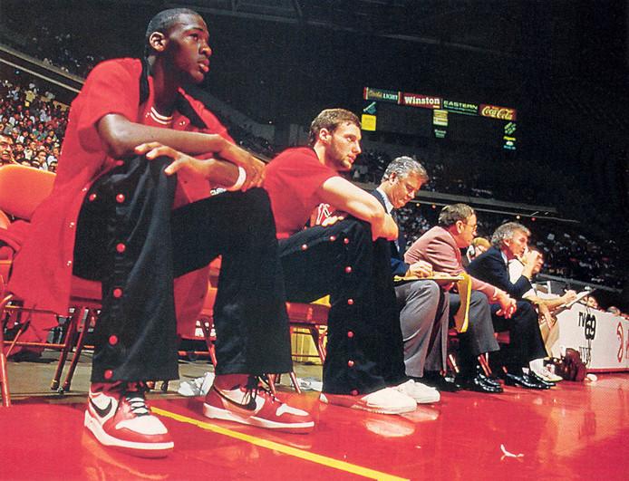"""Drafté par les Chicago Bulls, Michael Jordan apparaîtra lors de sa première saison avec les mythiques Air Jordan One. La disparition du """"Swoosh"""", remplacé par le logo """"Jumpman"""", surviendra quelques années plus tard."""