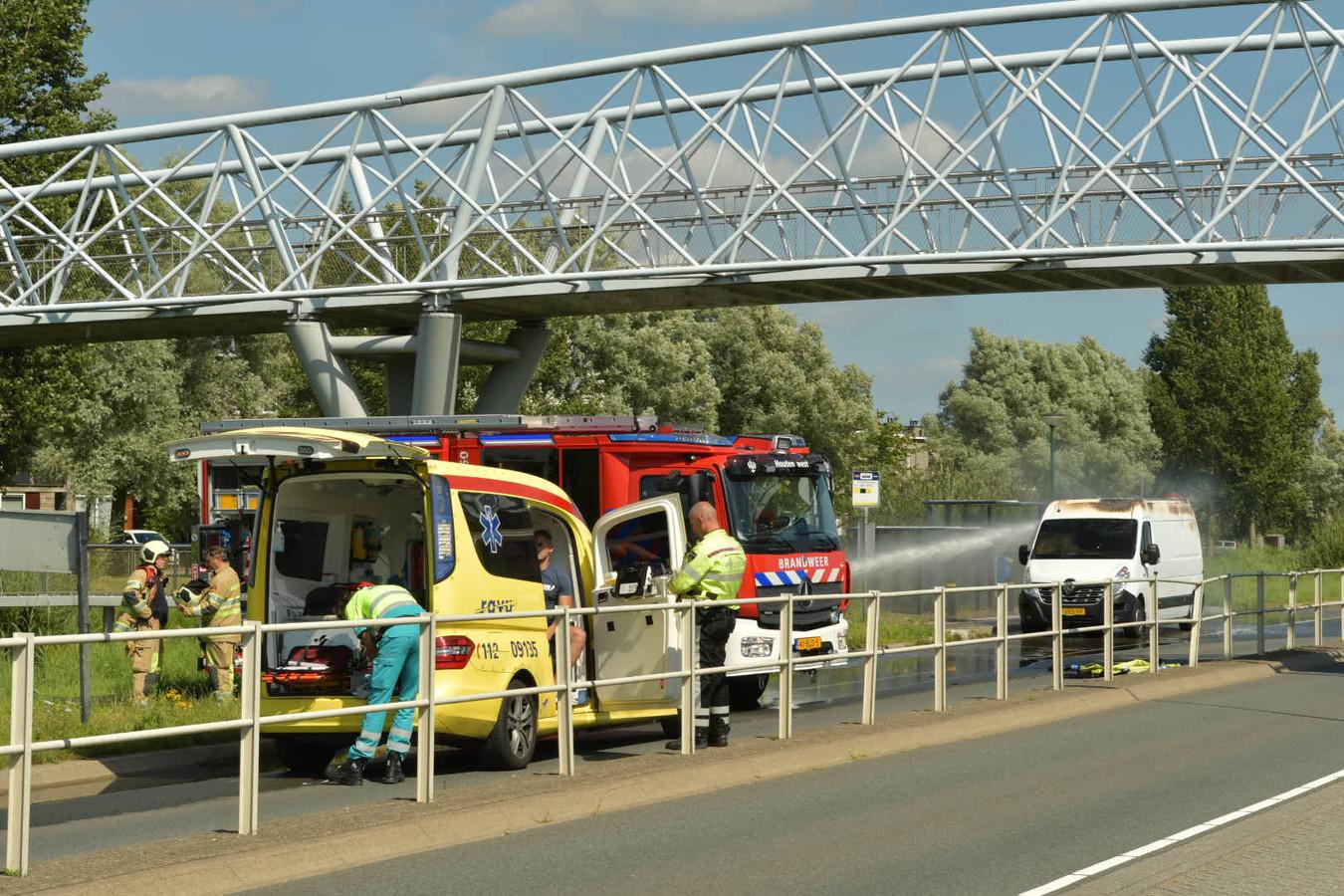 Hulpdiensten in actie bij de brandende bestelbus.