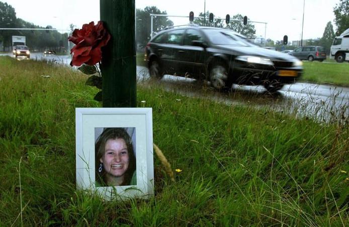 Een grote bordeauxrode bloem bij een lantaarnpaal op de kruising Bosschebaan-Hoogstraat in Gestel markeert de plek waar Maartje Cornelissen 18 maart 2005 verongelukte. Foto Clemens Le Blanc