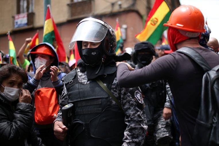 Politie-agenten die mee protesteren krijgen steun van de demonstranten.