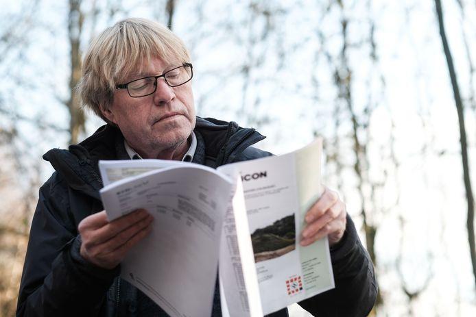Professor Jan Roelofs bij de kleiput in Winterswijk.