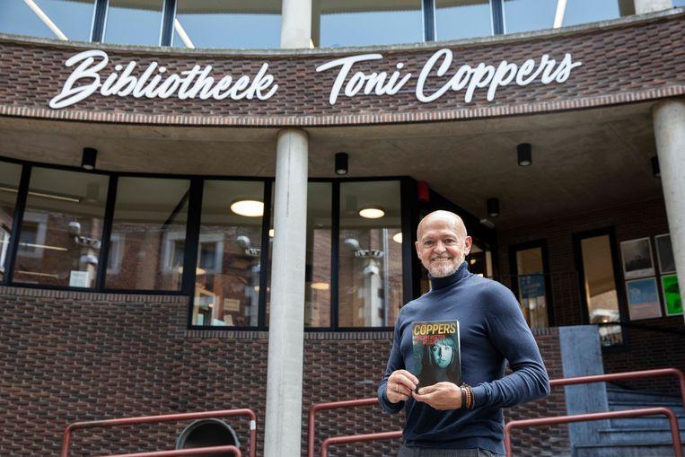 Toni Coppers aan de bibliotheek in Sint-Truiden.