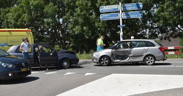 Man gewond na botsing tussen twee personenautos in Kerkdriel.