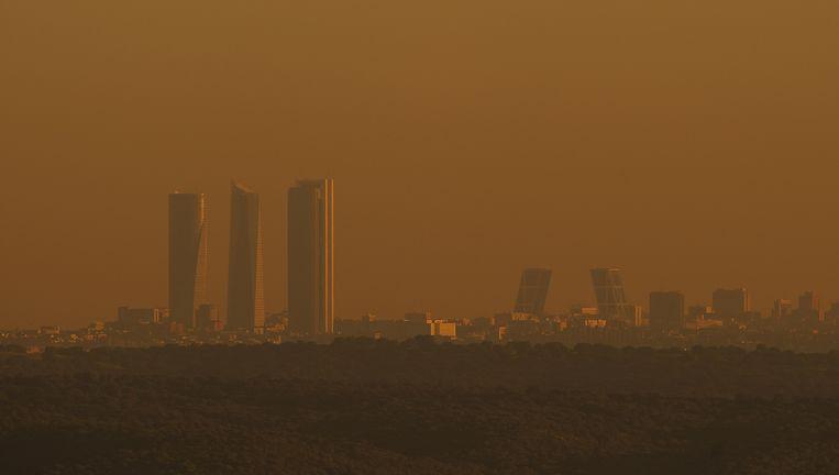 Madrid is gehuld in een laag smog Beeld null