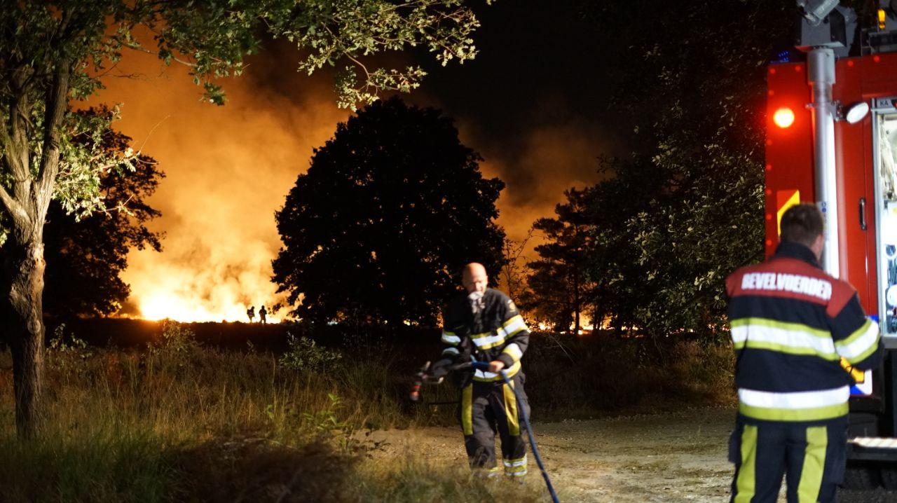 Brandweerlieden blussen het vuur.